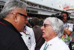 (Da sinistra a destra):  Dr. Vijay Mallya, Proprietario Sahara Force India F1 Team con Bernie Ecclestone, sulla griglia di partenza