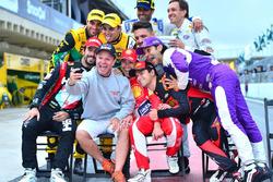 Groepsfoto met voormalig F1-coureurs