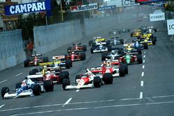 Jean Alesi, Tyrrell 018 Ford plonge à l'intérieur de Gerhard Berger, Mclaren MP4/5B Honda pour prendre la tête