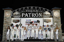 GTLM podium: tweede plaats Bill Auberlen, Alexander Sims, Connor de Phillippi, BMW Team RLL, winnaars Patrick Pilet, Nick Tandy, Frédéric Makowiecki, Porsche Team North America, derde plaats Gianmaria Bruni, Laurens Vanthoor, Earl Bamber, Porsche Team North America