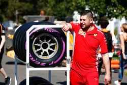 Un ingegnere Ferrari nel paddock con degli pneumatici Pirelli Hypersoft