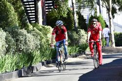 Sebastian Vettel, Ferrari en una bicicleta con su entrenador Antti Kontsas
