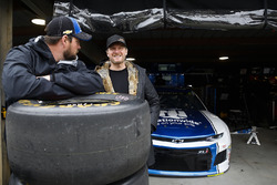 Dale Earnhardt Jr. with Alex Bowman, Hendrick Motorsports, Chevrolet Camaro Nationwide miembros de equipo