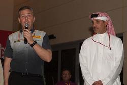 Shaikh Salman bin Isa Al Khalifa, director ejecutivo del circuito de Bahrein con Mario Isola, director deportivo de Pirelli