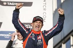 Podium: Le vainqueur Gabriele Tarquini, BRC Racing Team Hyundai i30 N TCR