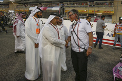 Crown Prince Shaikh Salman bin Hamad Al Khalifa, en Otmar Szafnauer, Force India Formula One Team Chief Operating Officer op de grid