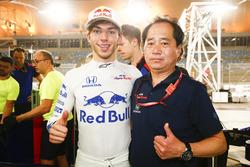 Pierre Gasly, Toro Rosso, ve Toyoharu Tanabe, F1 Teknik Direktör, Honda, 4. sırayı kutluyor