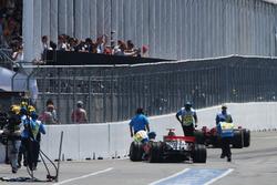 L'incidente tra Lewis Hamilton, McLaren Mercedes MP4/23 e Kimi Raikkonen, Ferrari F2008 all'uscita della pit lane