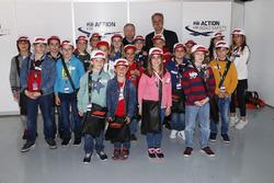 Jean Todt, President, FIA, et Chase Carey, président, Formula One, avec les grid kids