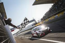 Race winner Yann Ehrlacher, ALL-INKL.COM Münnich Motorsport Honda Civic Type R TCR