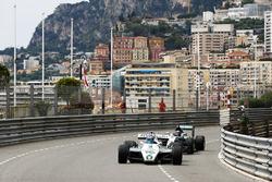 Keke Rosberg lidera a su hijo Nico Rosberg mientras recorren el circuito en sus respectivos autos ganadores del Campeonato