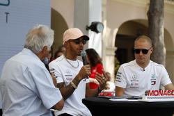 Valtteri Bottas, Mercedes-AMG F1 y Lewis Hamilton, Mercedes-AMG F1 en el escenario con Bob Constanduros