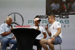 Lewis Hamilton, Mercedes-AMG F1 y Valtteri Bottas, Mercedes-AMG F1 en el escenario con Bob Constanduros