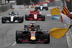 Il vincitore Daniel Ricciardo, Red Bull Racing RB14, viene salutato dai marshal, che sventolano le bandiere, davanti a Lewis Hamilton, Mercedes AMG F1 W09 e Kimi Raikkonen, Ferrari SF71H