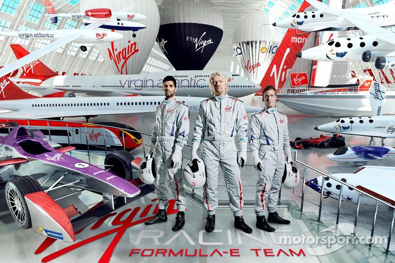 Virgin Racing, i piloti Jaime Alguersuari e Sam Bird con Sir Richard Branson