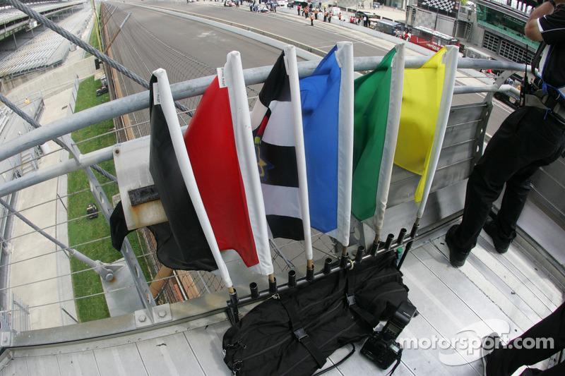 Bayraklar bayrak tutucuda