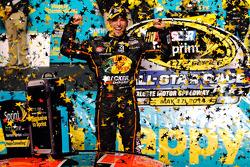 Il vincitore della gara Jamie McMurray, del team Ganassi Racing Chevrolet festeggia