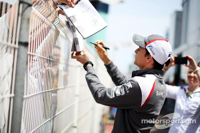Esteban Gutierrez, Sauber taraftarlar için imza dağıtıyor