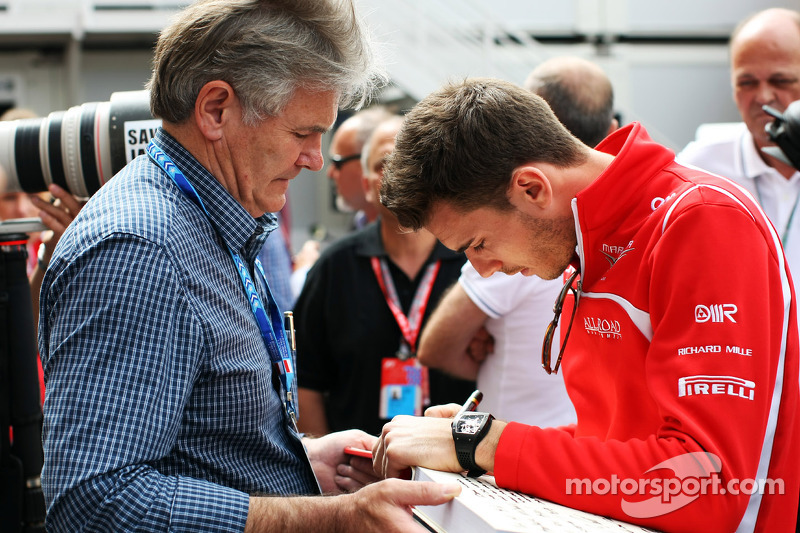 玛鲁西亚F1车队的朱尔斯·比安奇写下支持舒马赫的信息