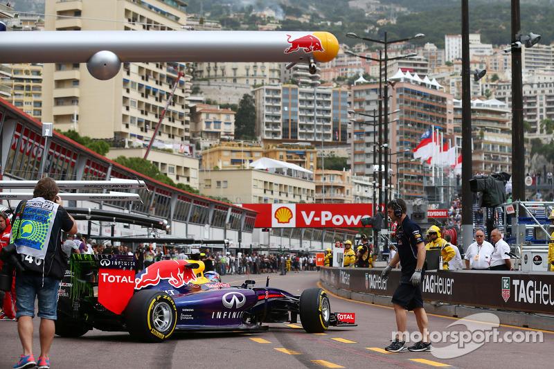 Daniel Ricciardo, Red Bull Racing RB10 leaves the pits