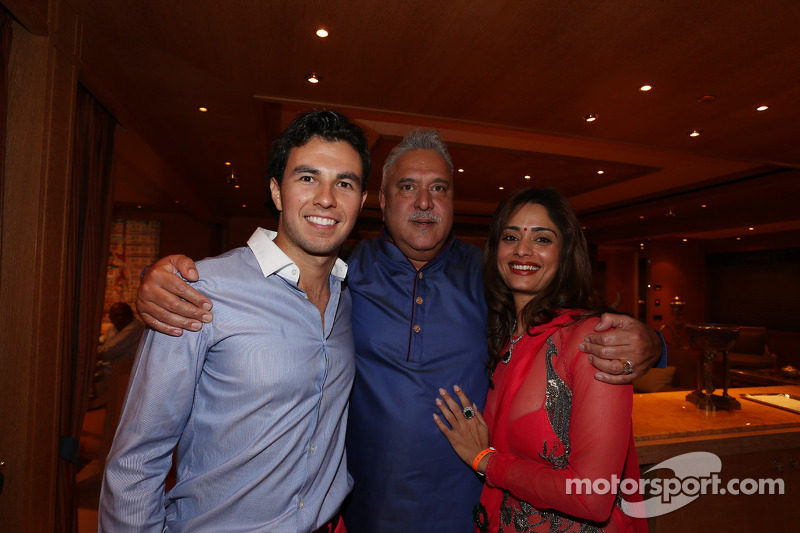 Sergio Perez, Sahara Force India F1, con Vijay Mallya al Signature Monaco Party sulla barca imperiale indiana