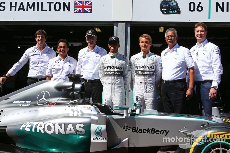 Lewis Hamilton, Mercedes AMG F1, und Nico Rosberg, Mercedes AMG F1, mit Dr. Dieter Zetsche, Daimler,