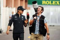 (Esquerda para direita): Nico Rosberg, Mercedes AMG F1, com Russell Batchelor, fotógrafo da XPB Images