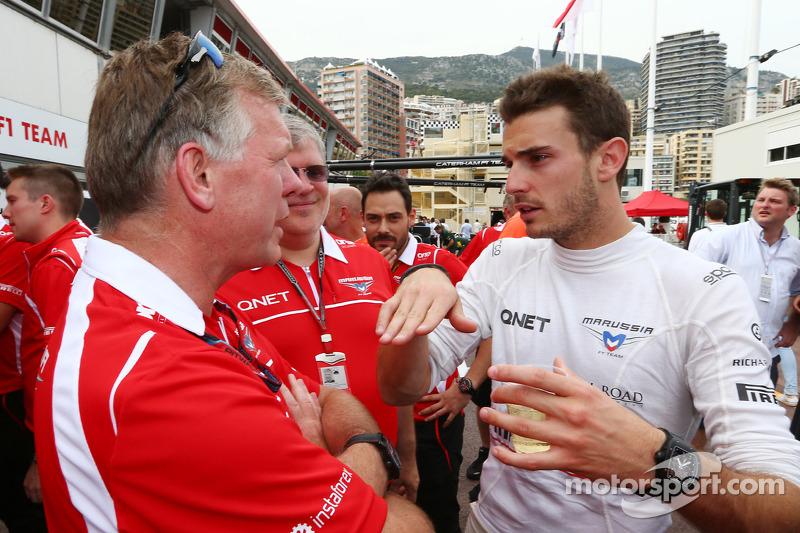 玛鲁西亚F1车队的朱尔斯·比安奇和玛鲁西亚F1车队CEO安迪·韦伯和玛鲁西亚车队老板萨沙·切格拉科夫庆祝他和车队的第一个F1积分