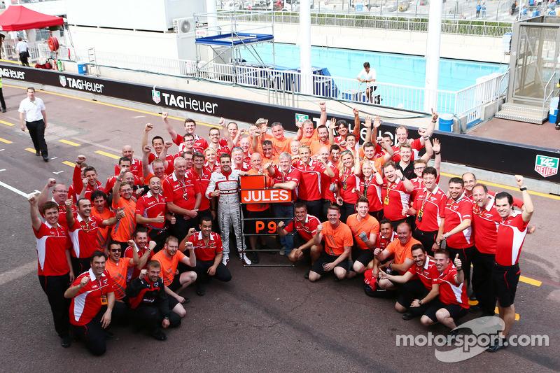 Jules Bianchi, Marussia F1 Takımı ve takımı ilk puanların kutlamasını yapıyor