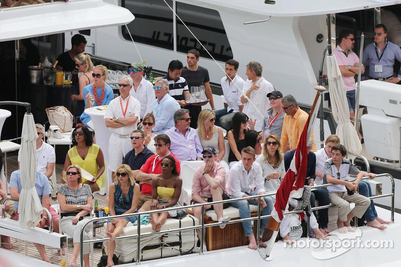 Taraftarlar Monaco Limanı'nda teknede