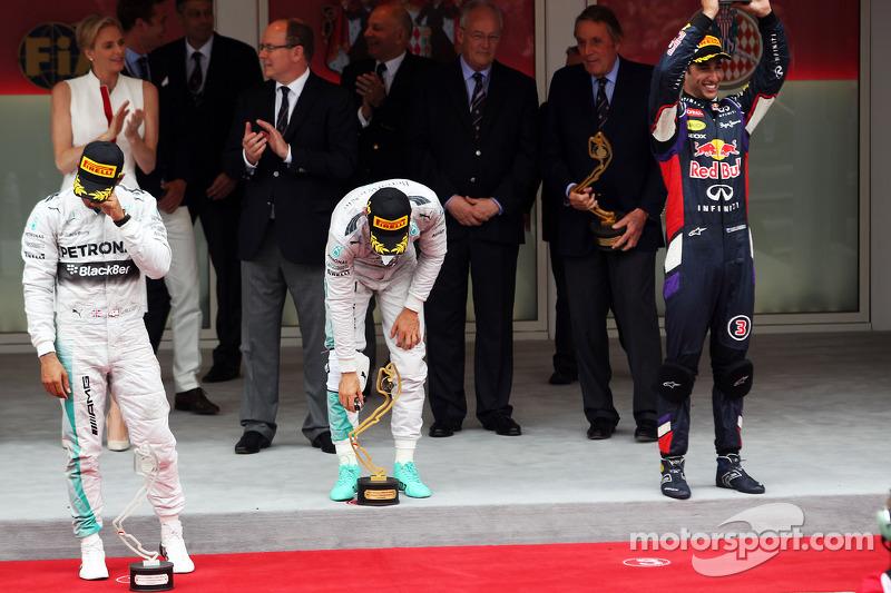 Il podio: Lewis Hamilton, Mercedes AMG F1, secondo; Nico Rosberg, Mercedes AMG F1, vincitore della g