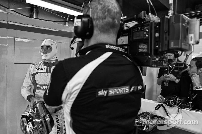 玛鲁西亚F1车队的朱尔斯·比安奇和天空体育台F1摄像师