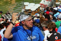Ana tribünde bira taşıyıcısı