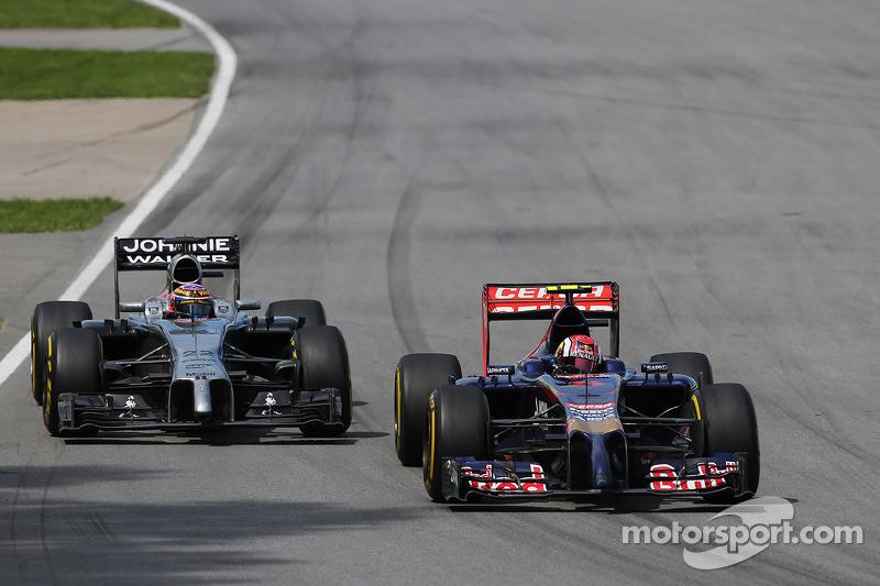 Daniil Kvyat, Scuderia Toro Rosso STR9 leads Jenson Button, McLaren MP4-29