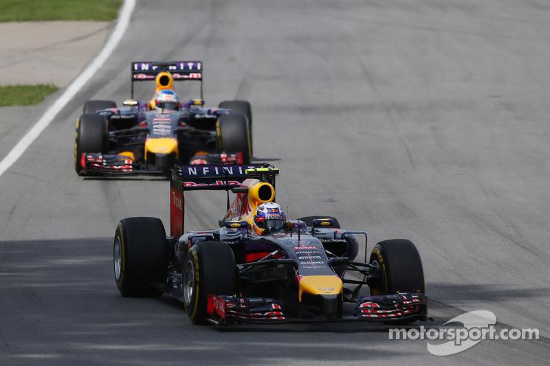 Daniel Ricciardo, Red Bull Racing RB10 ve takım arkadaşı Sebastian Vettel, Red Bull Racing RB10