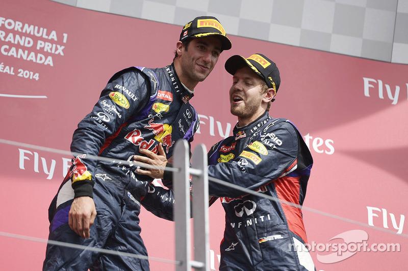 Daniel Ricciardo ve takım arkadaşı Sebastian Vettel podyumda kutlama yapıyor
