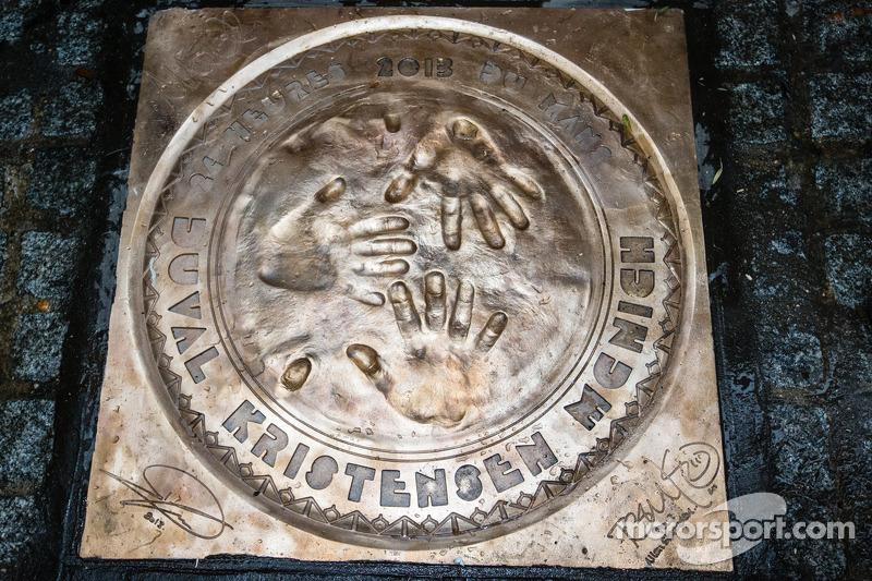 Ceremonia de impresión de huella de mano: La placa de las 24 Horas de Le Mans del 2013, los ganadore