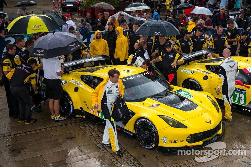 Corvette Racing Takımı teknik kontrolde kuru kalmaya çalışıyor