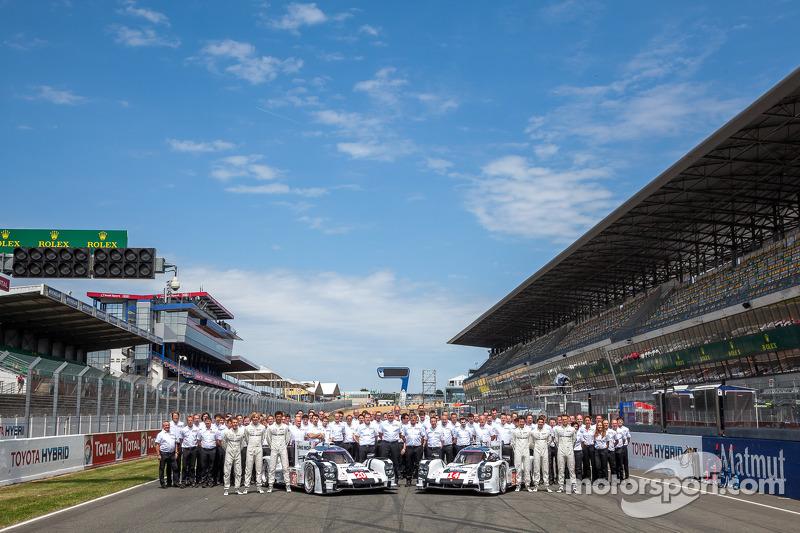 Foto di squadra per il # 14 Porsche team Porsche 919 Hybrid: Romain Dumas, Neel Jani, Marc Lieb e #
