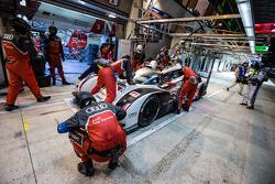 Pit stop per 2 # Audi Sport Team Joest Audi R18 e-tron Quattro: Marcel Fässler, André Lotterer, Benoit Tréluyer