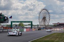 费尔南多·阿隆索发车:由马塞尔·法斯勒,安德烈·洛特尔,本诺伊特·特鲁耶驾驶的奥迪乔斯特车队2号奥迪R18 E-Tron Quattro赛车