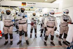 Porsche membros da equipe esperando próximo pit stop