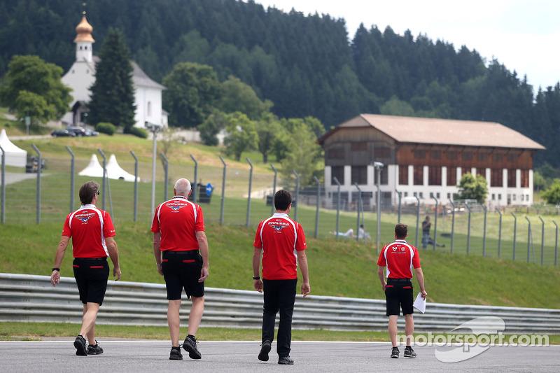 玛鲁西亚F1车队总监约翰·布斯,玛鲁西亚F1车队经理戴夫·奥尼尔和玛鲁西亚F1车队CEO格里米·洛顿