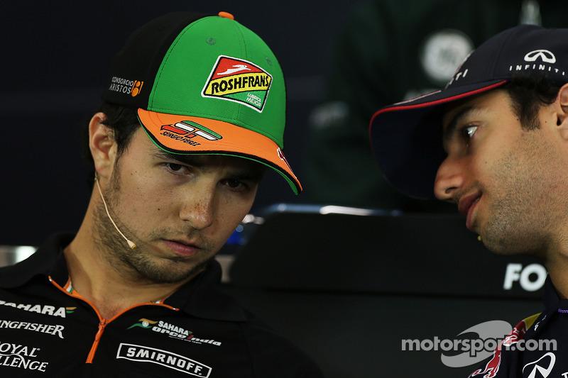 Sergio Perez, Sahara Force India F1, con Daniel Ricciardo, Red Bull Racing, alla conferenza stampa F
