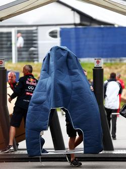 Novo motor, coberto, do Red Bull Racing RB10 chega ao paddock