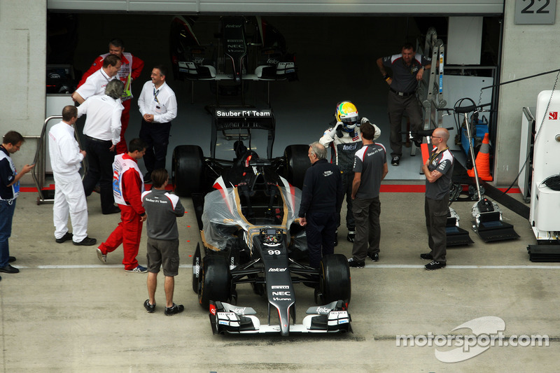 Esteban Gutierrez, Sauber C33 in the pits