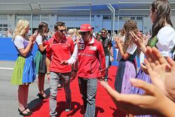 (Da sinistra a destra): Jules Bianchi, Marussia F1 Team con Fernando Alonso, Ferrari alla parata dei piloti