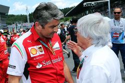 (Da sinistra a destra): Marco Mattiacci, Ferrari Team Principal sulla griglia di partenza con Bernie Ecclestone (GBR)