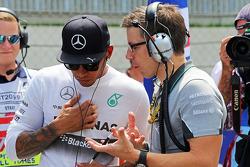 梅赛德斯AMG F1车队车手刘易斯·汉密尔顿和梅赛德斯AMG F1车队比赛工程师彼得·伯宁顿在发车区