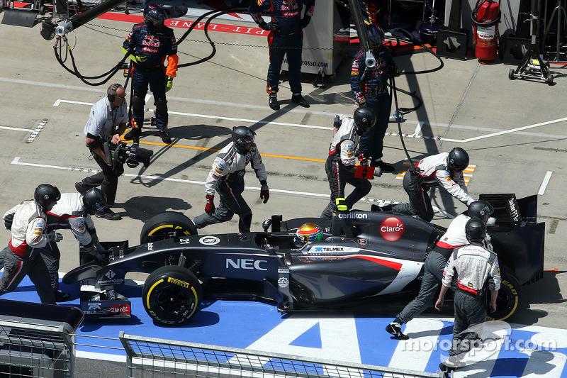 Esteban Gutierrez, Sauber F1 Team having problem during pitstop
